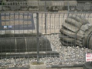 Kemuncak Candi Apit Utara yang runtuh pada saat gempa 27 Mei 2006 dan dijadikan tugu peringatan